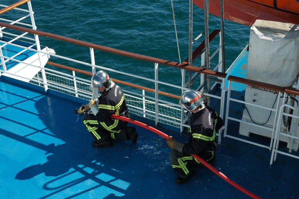 Equipe spécialisée nautique feu de navire.