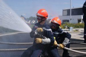 Jeunes sapeurs-pompiers en manoeuvre incendie.